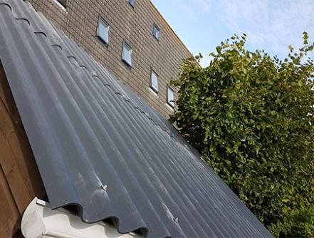 Humanit vezelcement golfplaten op schuin dak
