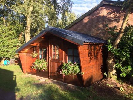Stalen dakpanplaten op tuinhuis